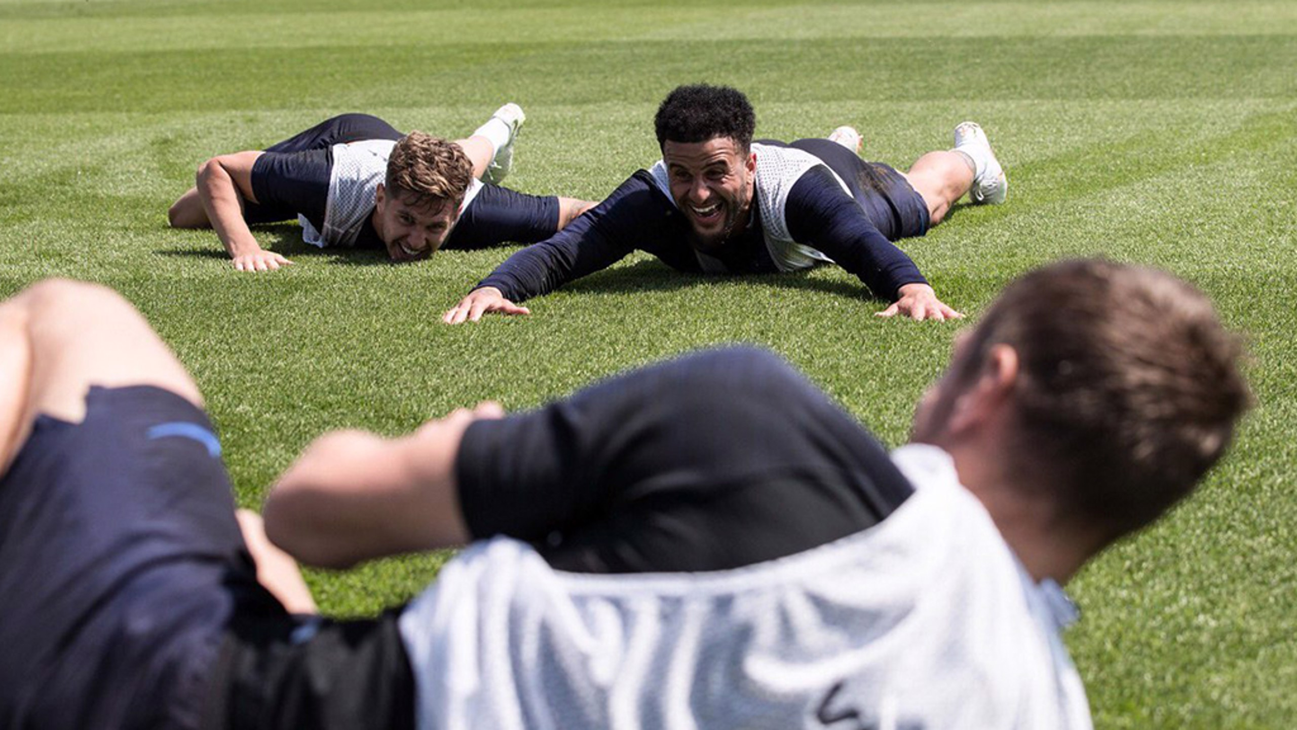 BERCANDA: Kyle dan John bercanda di sesi latihan timnas Inggris