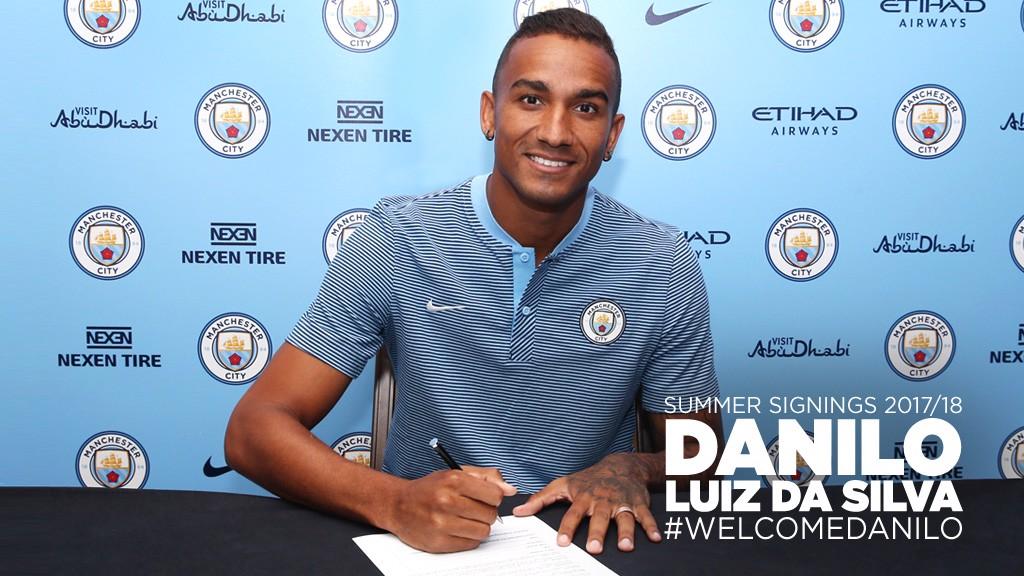 Danilo firma su nuevo contrato.