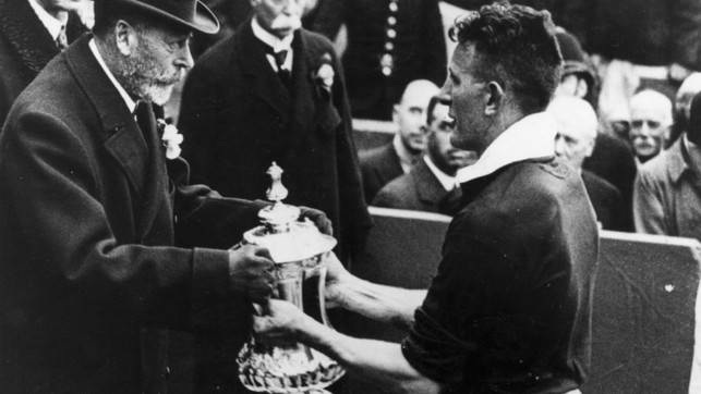 1934:  King George V hands over the FA Cup trophy to Sam Cowan.
