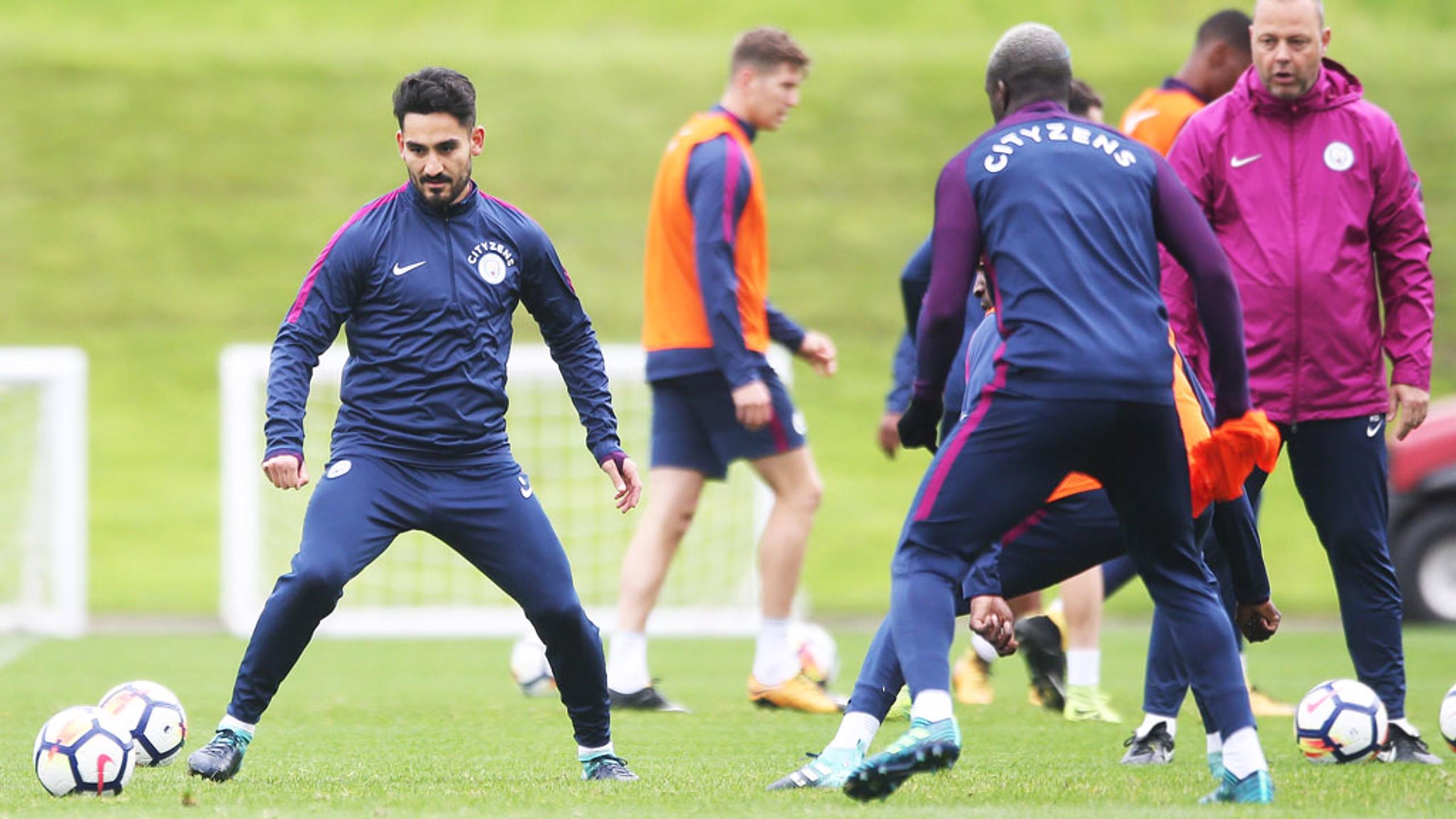FOKUS: Ilkay Gundogan membidik bola