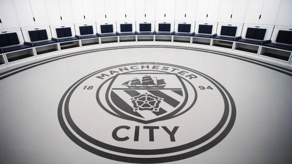 EN EL CENTRO. El escudo del City en el nuevo vestuario circular del primer equipo.