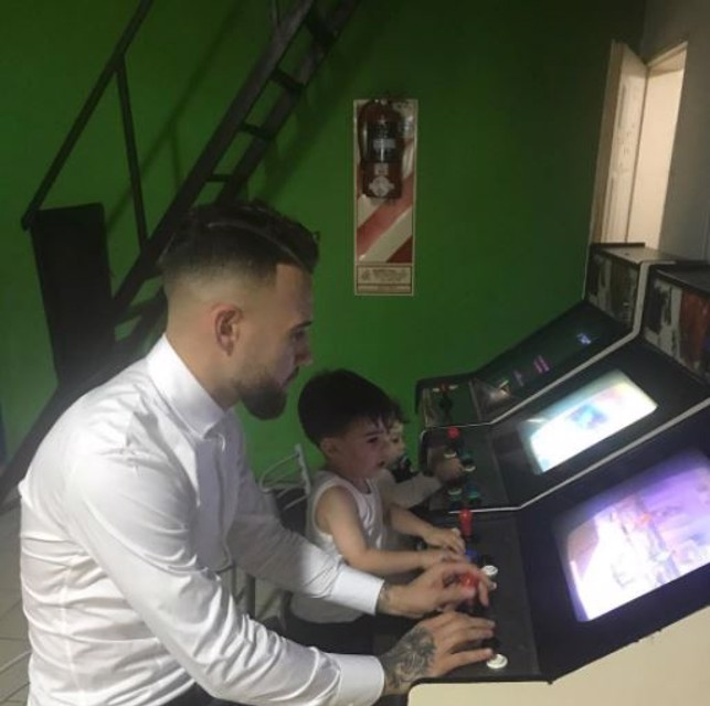 VIDEO GAMES: Otamendi and his children play together