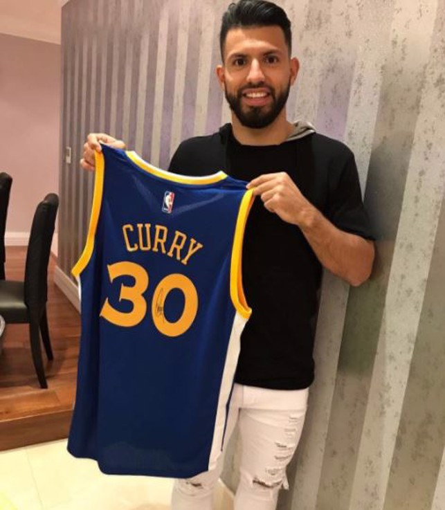 STEPH CURRY: Aguero poses his a Steph Curry shirt of the NBA