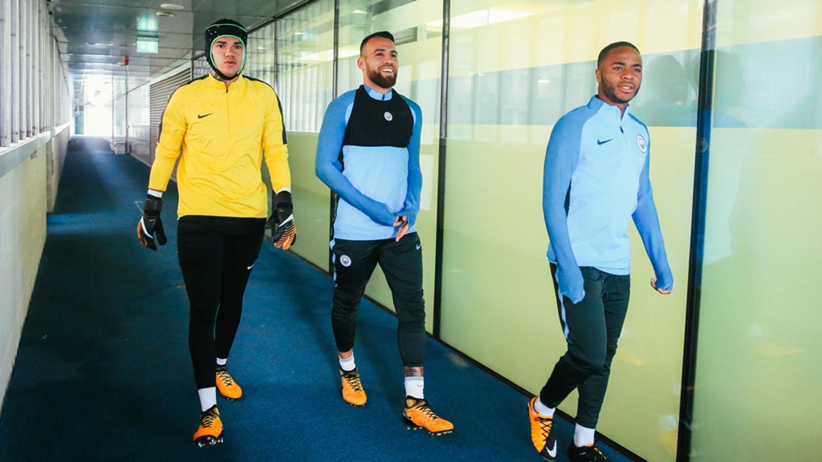 Ederson es uno de los que viajará pese su lesión del pasado sábado. En la foto junto a Nicolás Otamendi y Raheem Sterling.