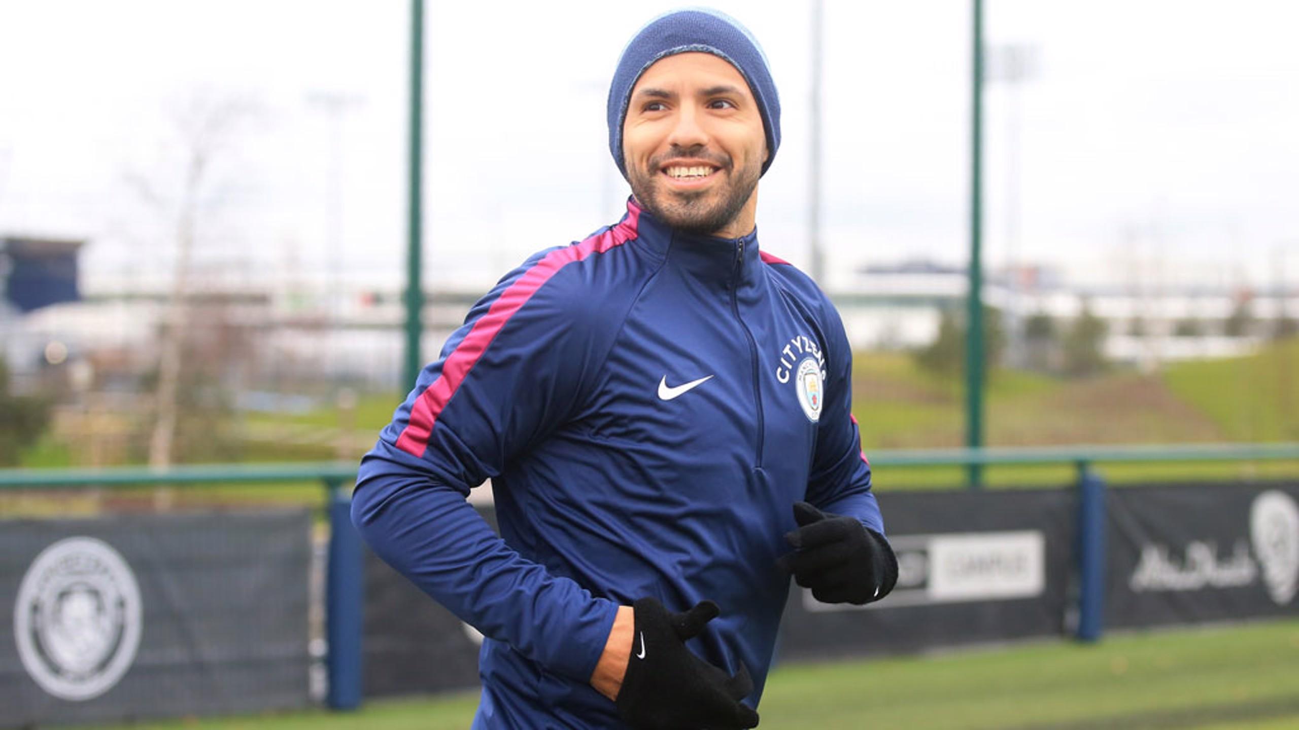 سيرجيو أجويرو وسعادة قبيل بداية التدريبات.
