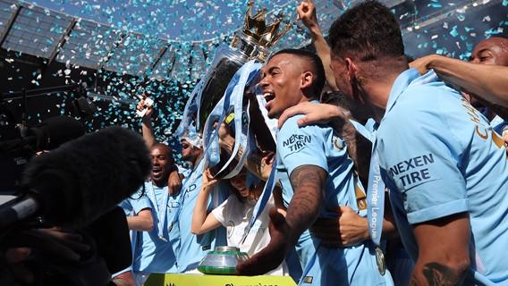 ¡ARRIBA! Gabriel Jesus levanta el trofeo.