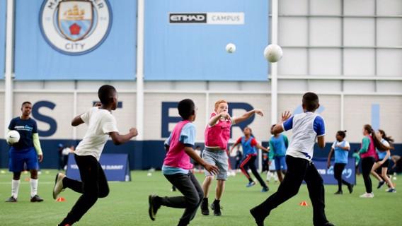 BIENVENIDA. La City Football Academy abrió sus puertas a los chicos de la ciudad.