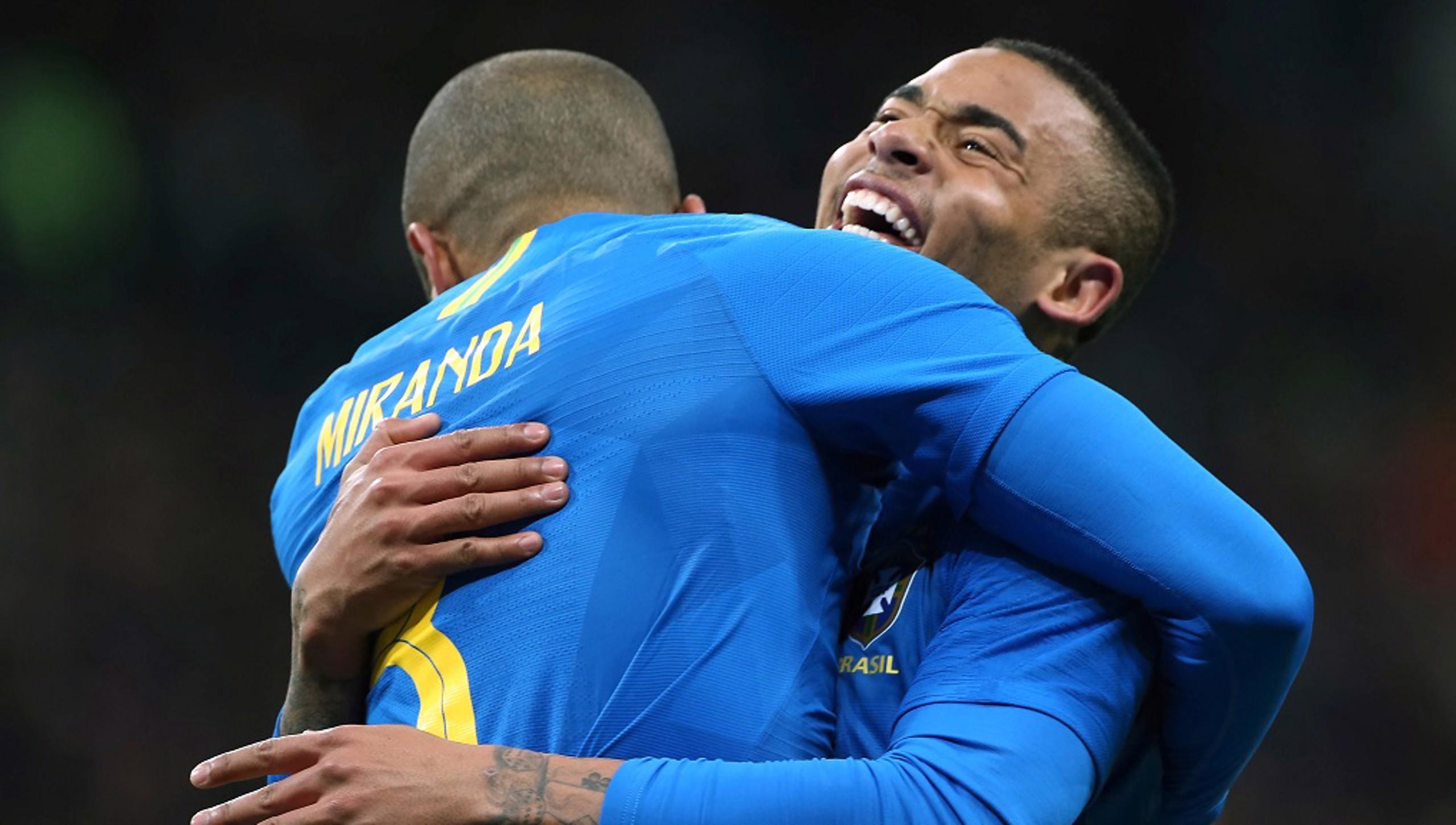 GIRANG: Miranda merayakan gol pembukanya melawan Rusia bersama Gabriel Jesus.
