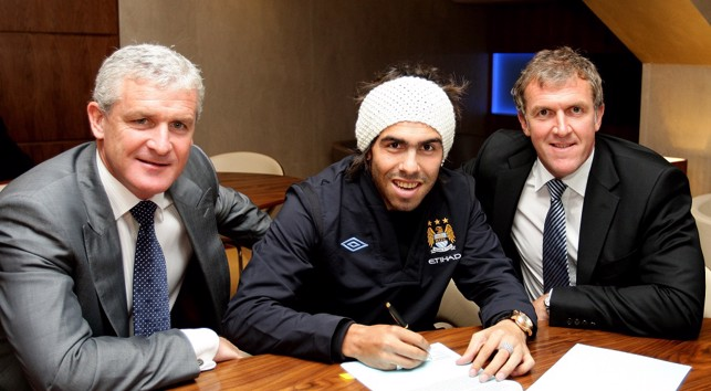 2009: Carlos Tevez signs on the dotted line