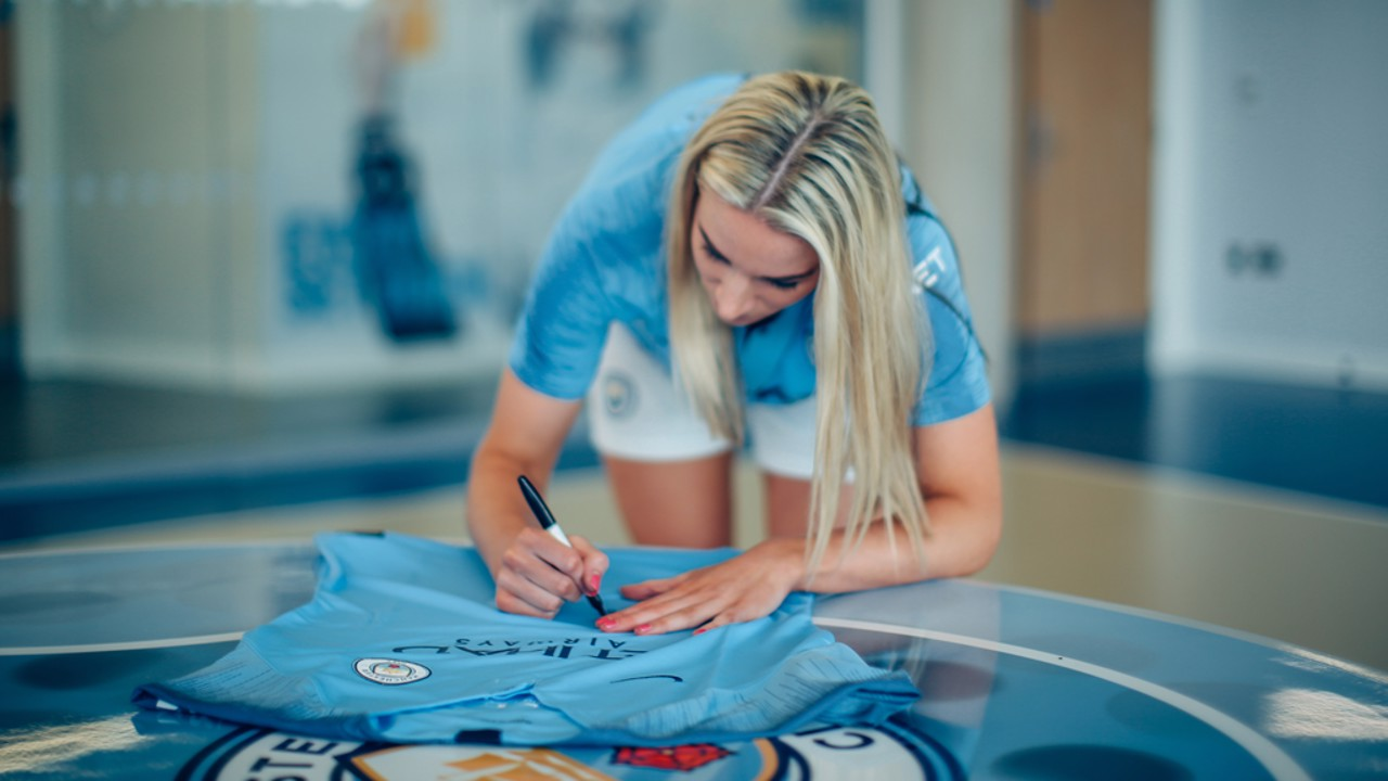 AUTOGRAPH: You can win her signed shirt with Cityzens!