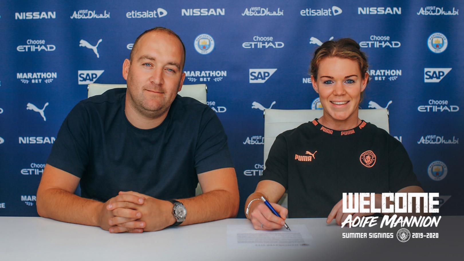 Aoife Mannion firma su contrato con el Manchester City junto a Nick Cushing.