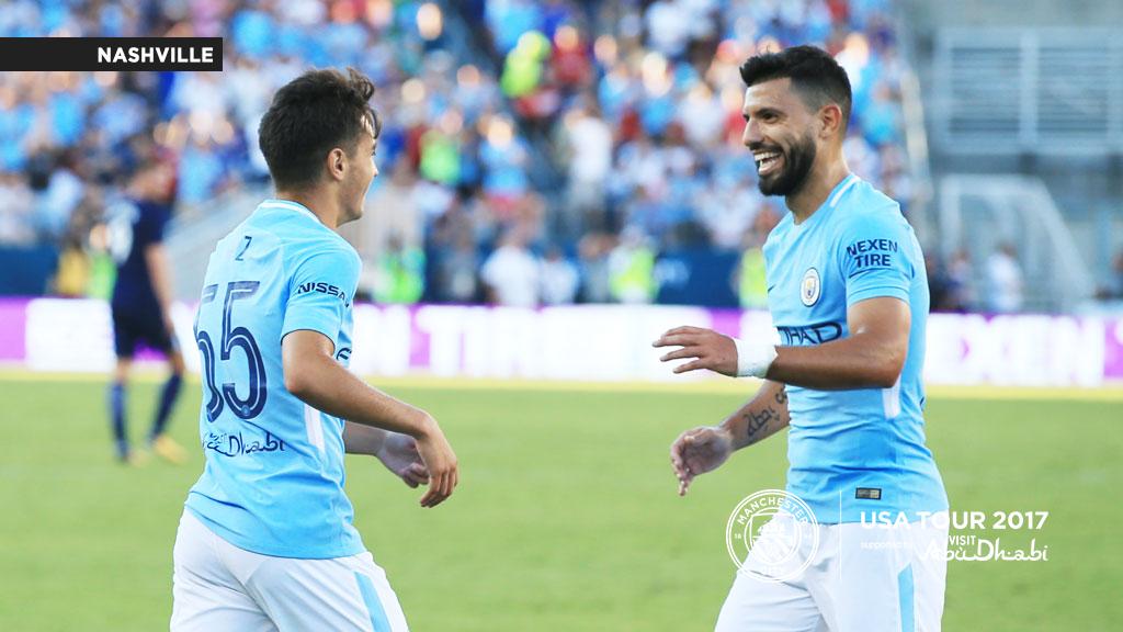 Brahim celebra su gol junto a Agüero.