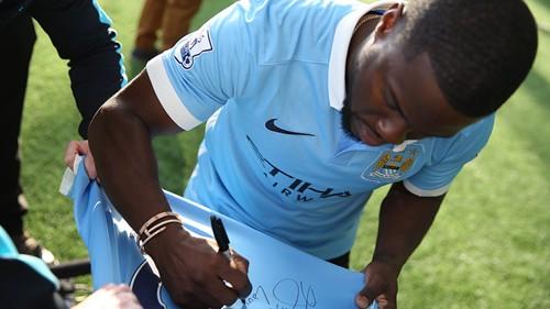 Kevin Hart signs a City shirt