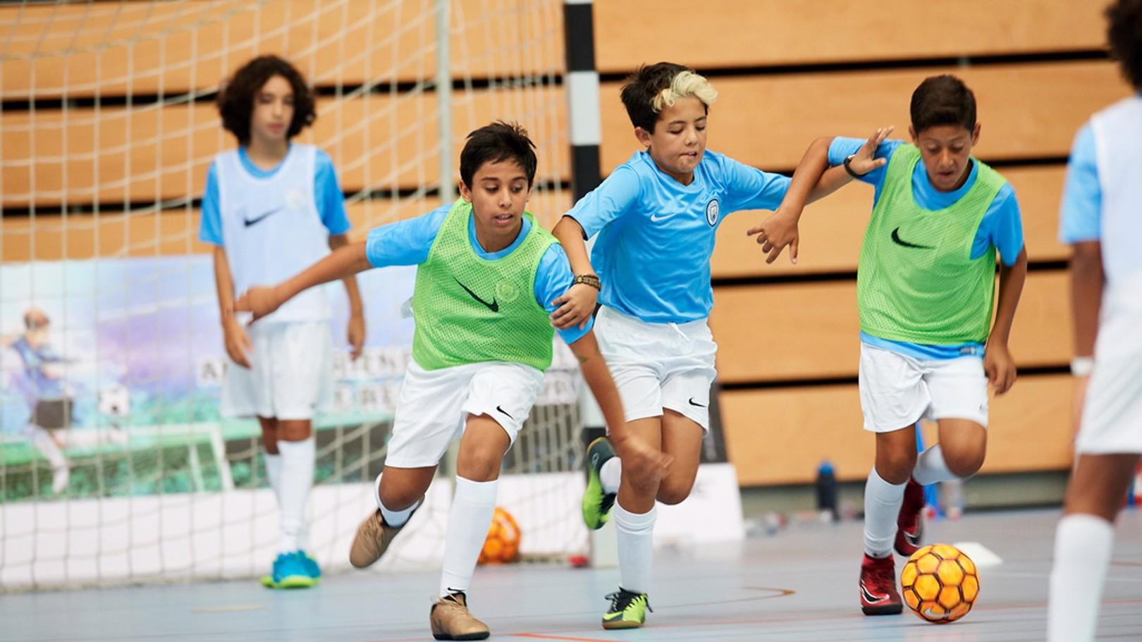 تقام الحصص التدريبية ضمن ثلاثة مواقع مغلقة في أبوظبي وتستقبل اللاعبين واللاعبات من 3 إلى 18 سنة.