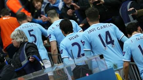 Los futbolistas del City van a por el trofeo de 2014.