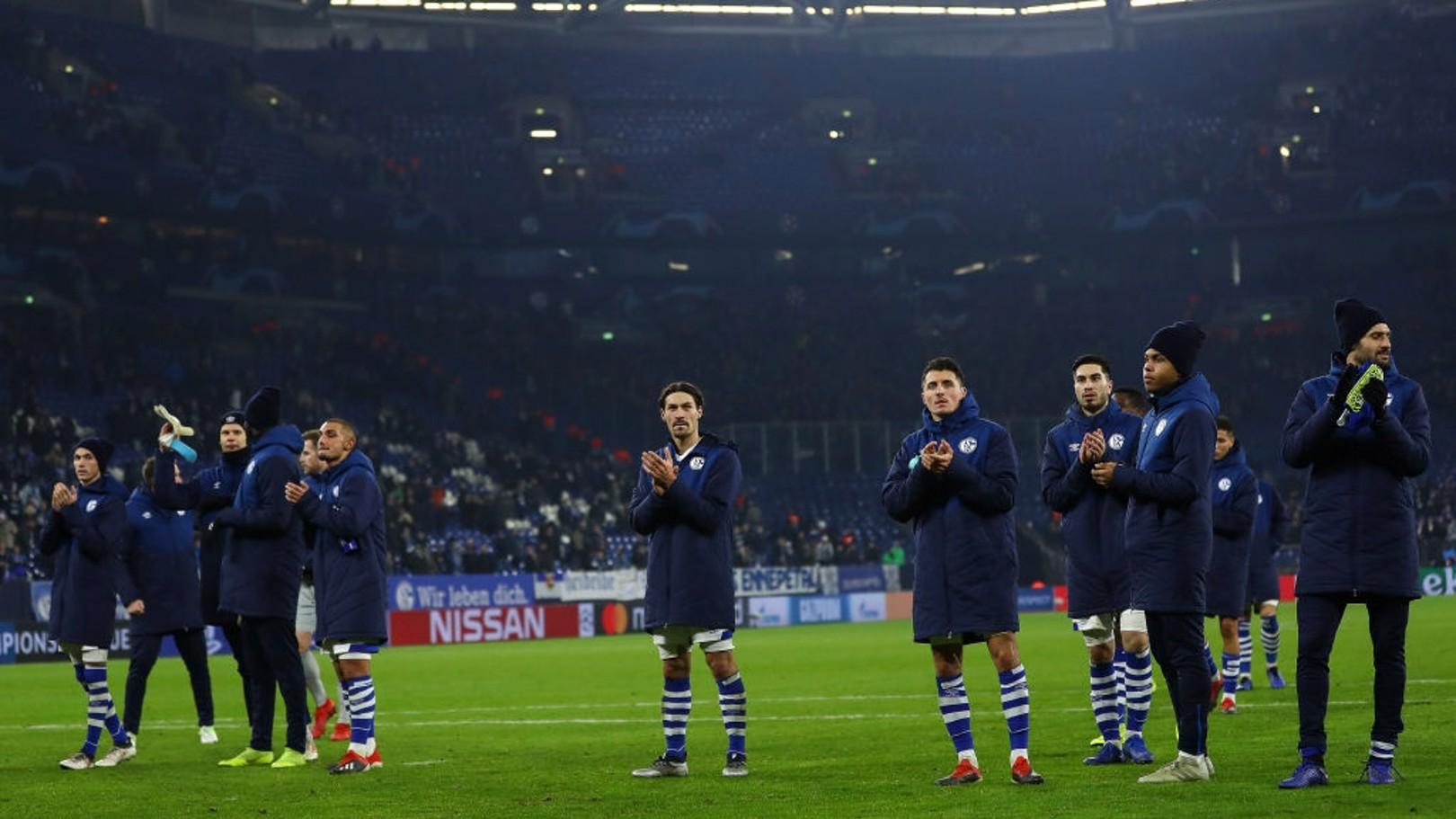 Los jugadores del Schalke 04 saludan a sus aficionados tras vencer al Lokomotiv.