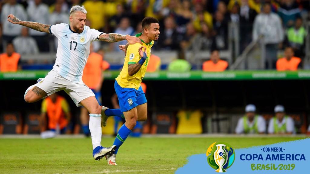 BRASIL-ARGENTINA. Gabriel Jesus y Nico Otamendi en una acción de la semifinal