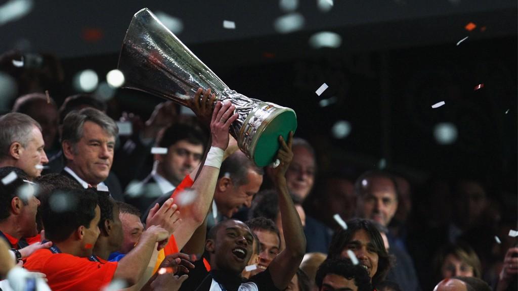 CAMPEÓN. Fernandinho levanta la Copa de la UEFA de 2009.