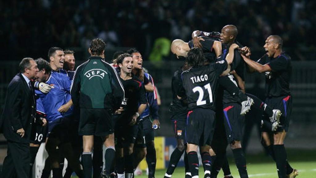 Los jugadores del Olympique celebran un tanto de Sylvain Wiltord. El 3-0 frente al Real Madrid (2005).