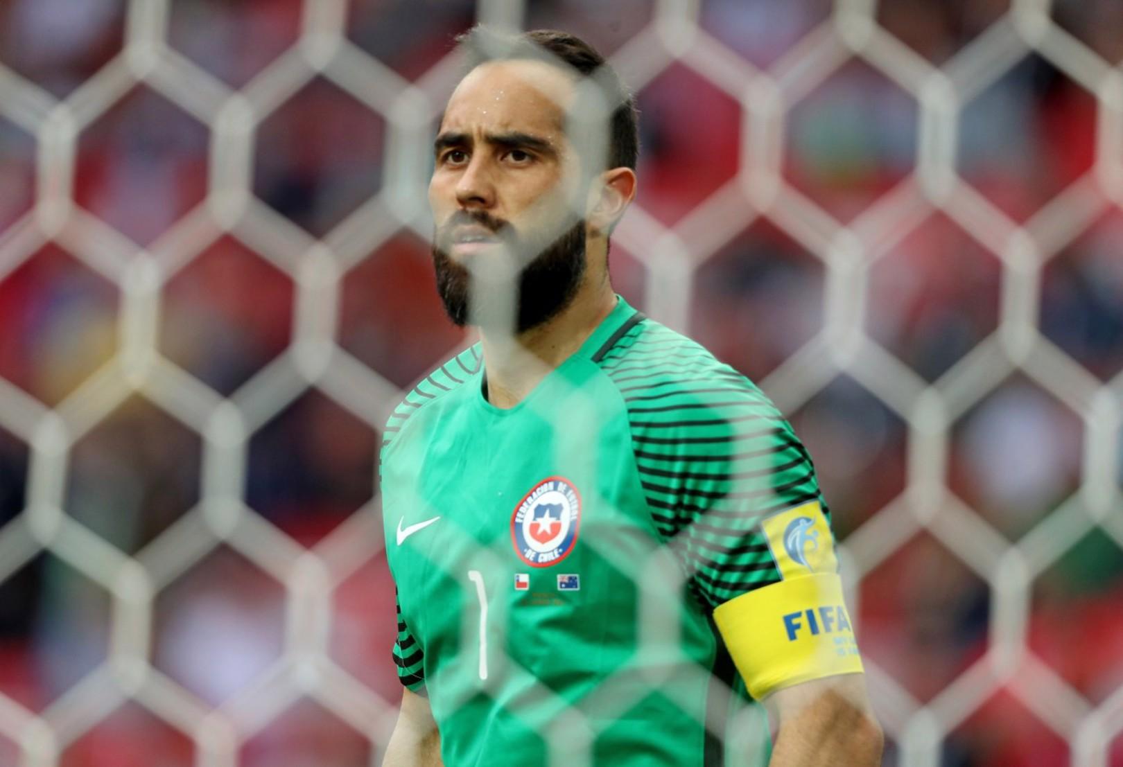 CAPITÁN. Claudio Bravo volvió a la portería de Chile contra Australia.