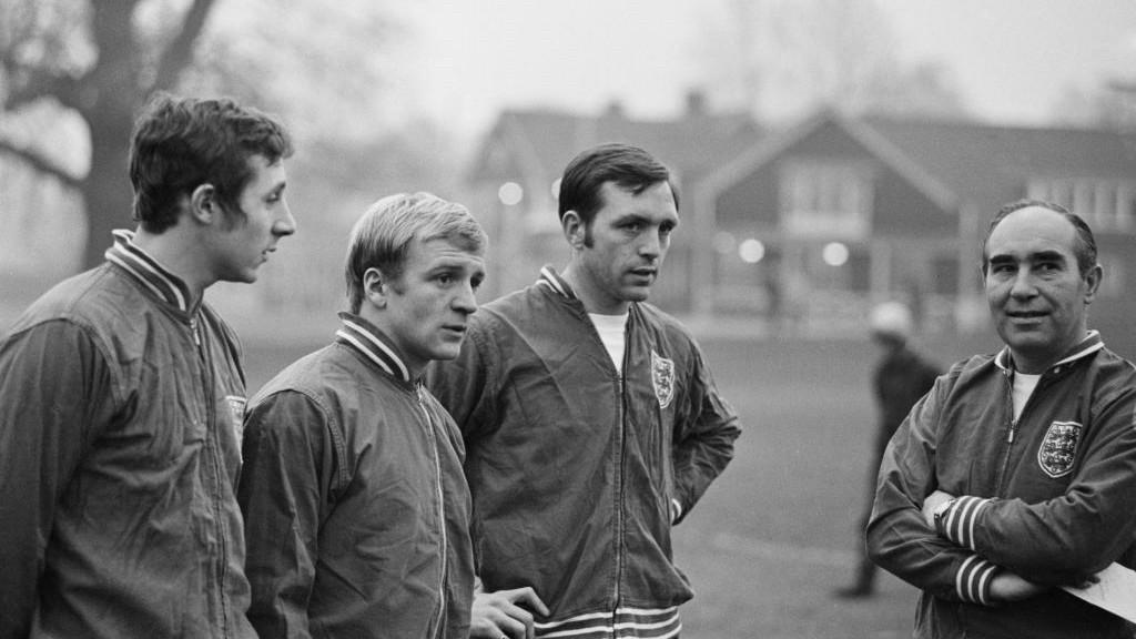 LEYENDA. John Radford, Francis Lee y Jeff Astle junto al seleccionador inglés Sir Alf Ramsey.