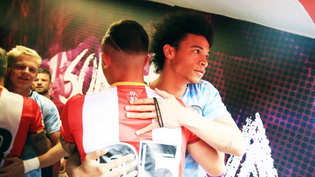 SALUDO. Pablo y Leroy Sané en el Girona-City disputado en pretemporada.