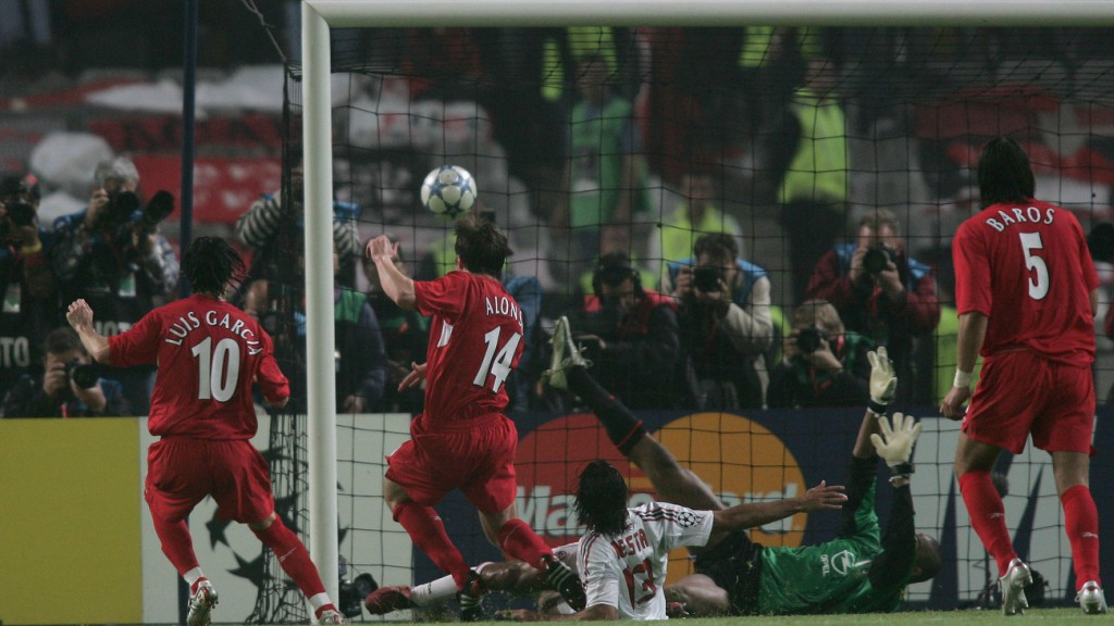 Xabi Alonso empata la final de Estambul.