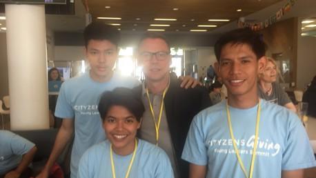 เจนจิรา, วิโรจน์ และ เกริกพล ตัวแทนผู้นำเยาวชนไทย ถ่ายรูปกับพอล คิกคอฟ นักเตะตำนานของแมนเชสเตอร์ ซิตี้