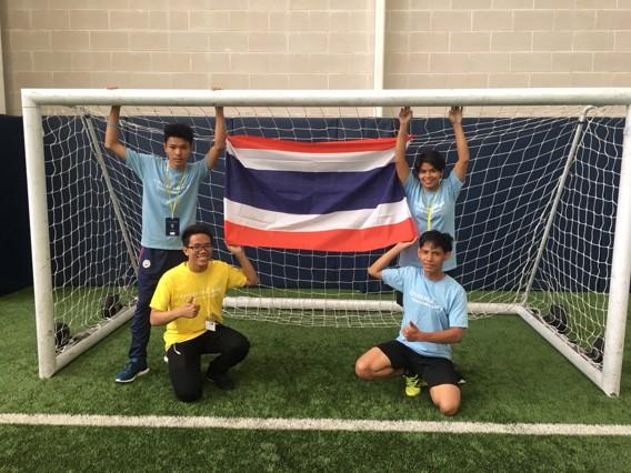 คณะตัวแทนเยาวชนไทย ชูธงชาติไทยในขณะมาร่วมอบรมและทำกิจกรรมซิตี้เซ่น กีฟวิ่ง ที่ซิตี้ ฟุตบอล อะคาเดมี่