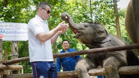 """เชฟ กิฟเว่น มีความสุขกับการหยอกล้อกับลูกช้าง """"มูนบีม"""""""