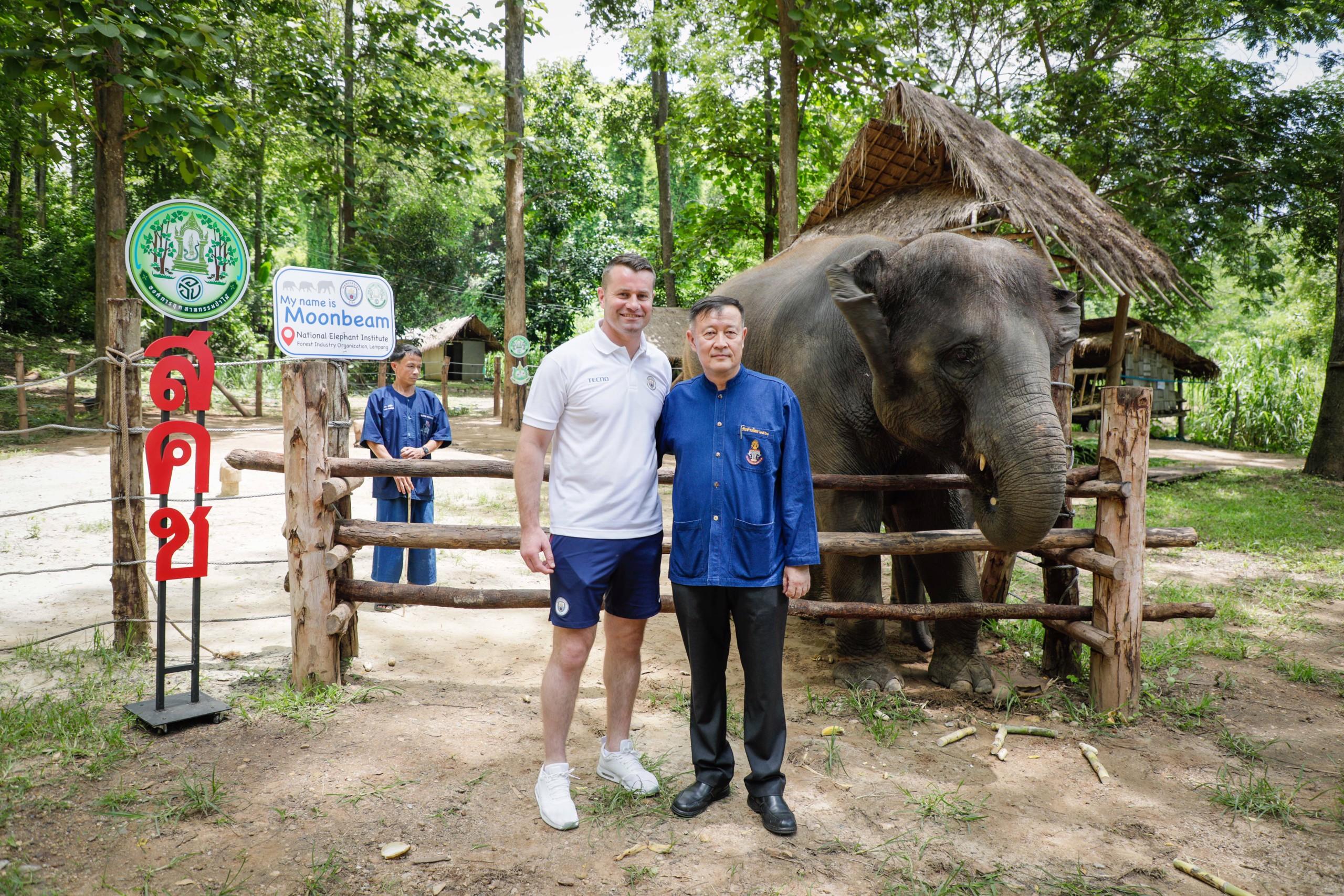 ว่าที่พันตรีอภิชาติ  จินดามงคล ผู้อำนวยการสถาบันคชบาลแห่งชาติ ถ่ายภาพเป็นที่ระลึกร่วมกับเชย์ กิฟเว่น หลังจากเสร็จกิจกรรมตั้งชื่อลูกช้าง มูนบีม