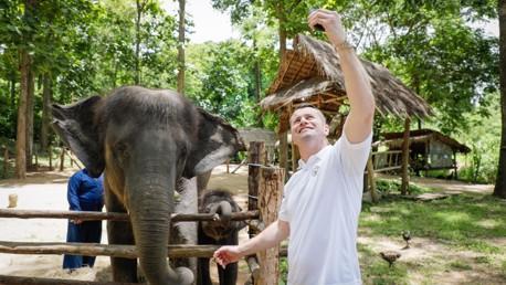 เชย์ กิฟเว่น ถ่ายเซลฟี่ คู่กับ มูนบีม และแม่ช้าง พาชี