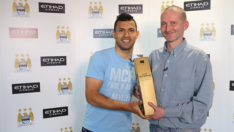 Aguero receives Etihad Player of the Month prize