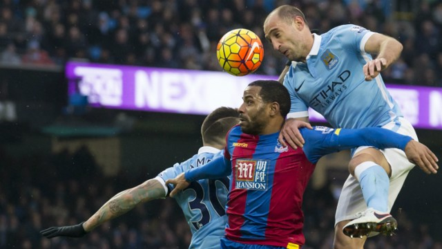 Pablo Zabaleta heads the ball