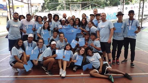 No fim das atividades, a fundação ganhou uma camisa autografada por Gabriel Jesus