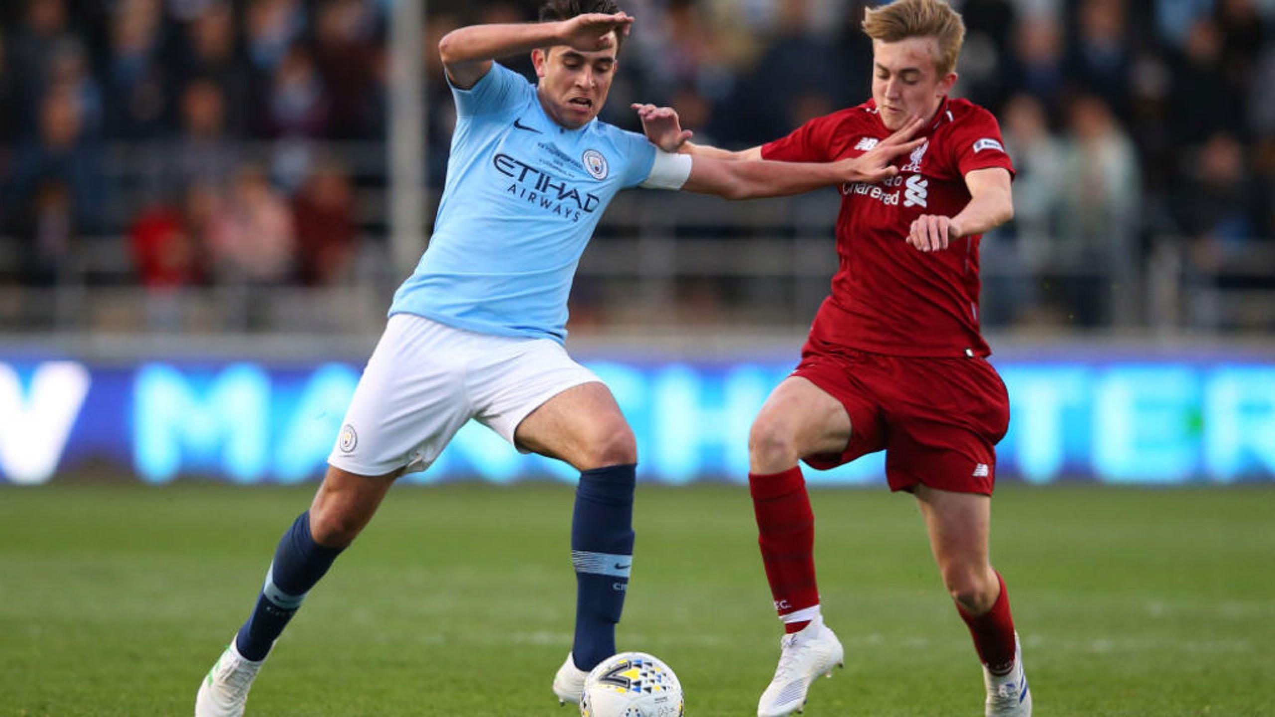 ERIC GARCIA. El capitán, en acción ante el Liverpool.