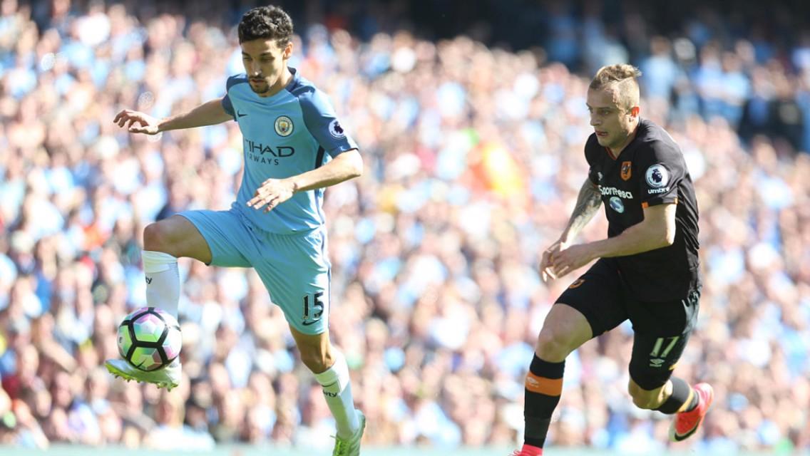 Navas controla el balón en una acción de la visita del Hull City al Etihad.