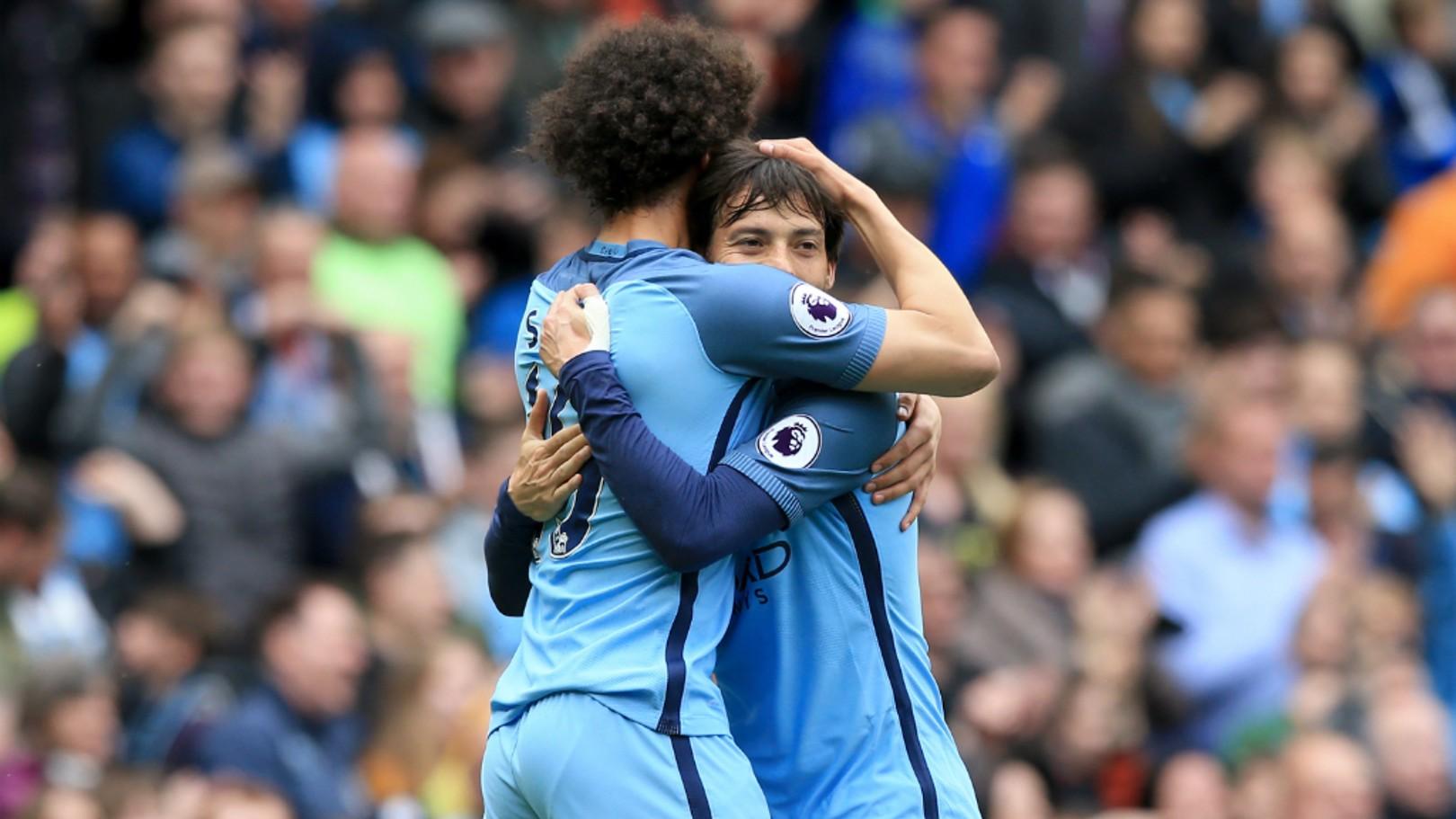 Sane e David Silva celebrando o primeiro gol da partida