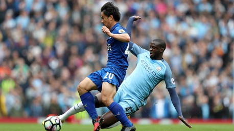 Yaya Touré se lanza para arrebatar el balón a Shinji Okazaki.