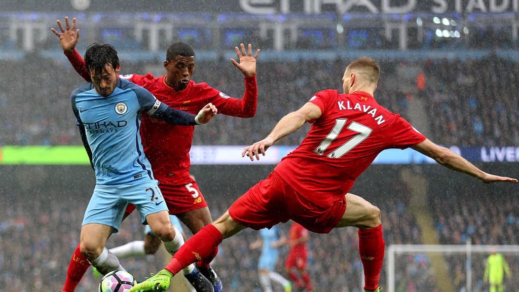 Silva trata de zafarse de dos zagueros rivales durante la última visita del Liverpool al Etihad Stadium.