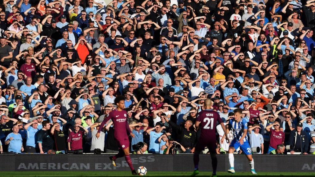 DESPLAZAMIENTO. Los seguidores disfrutaron de la victoria… y el sol de Brighton.
