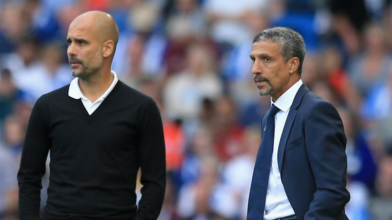 LE BOSS: Pep regarde le match aux côtés du coach de Brighton, Chris Hughton.
