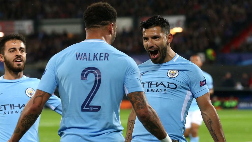 Kyle Walker y Sergio Agüero celebran el segundo gol del partido.