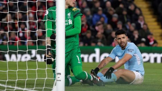سيرجيو أجويرو لم يلحق الكرة العرضية من كيفين دي بروين أمام المرمى.