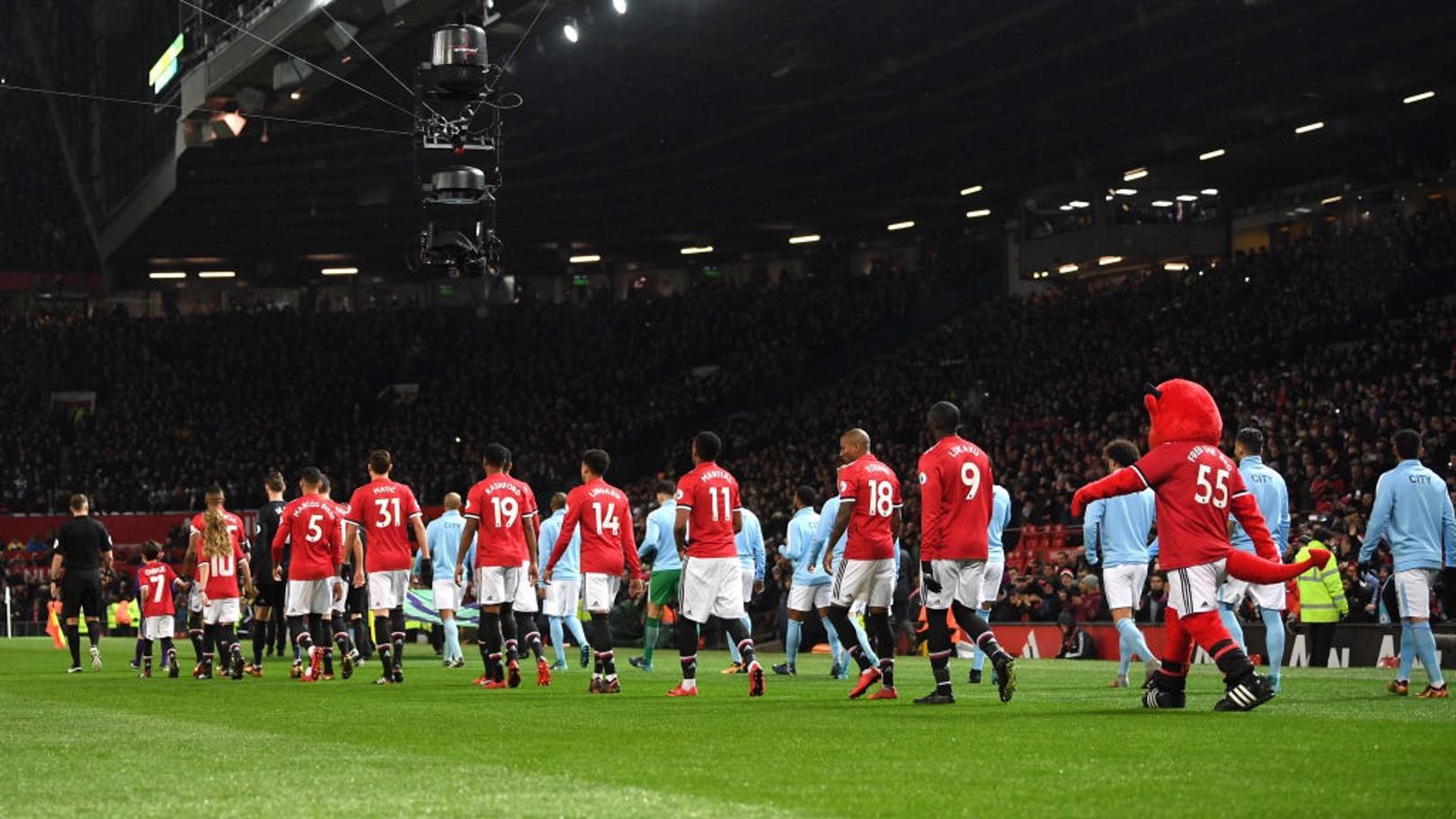DERBY: As duas equipes entrando em campo no Old Trafford