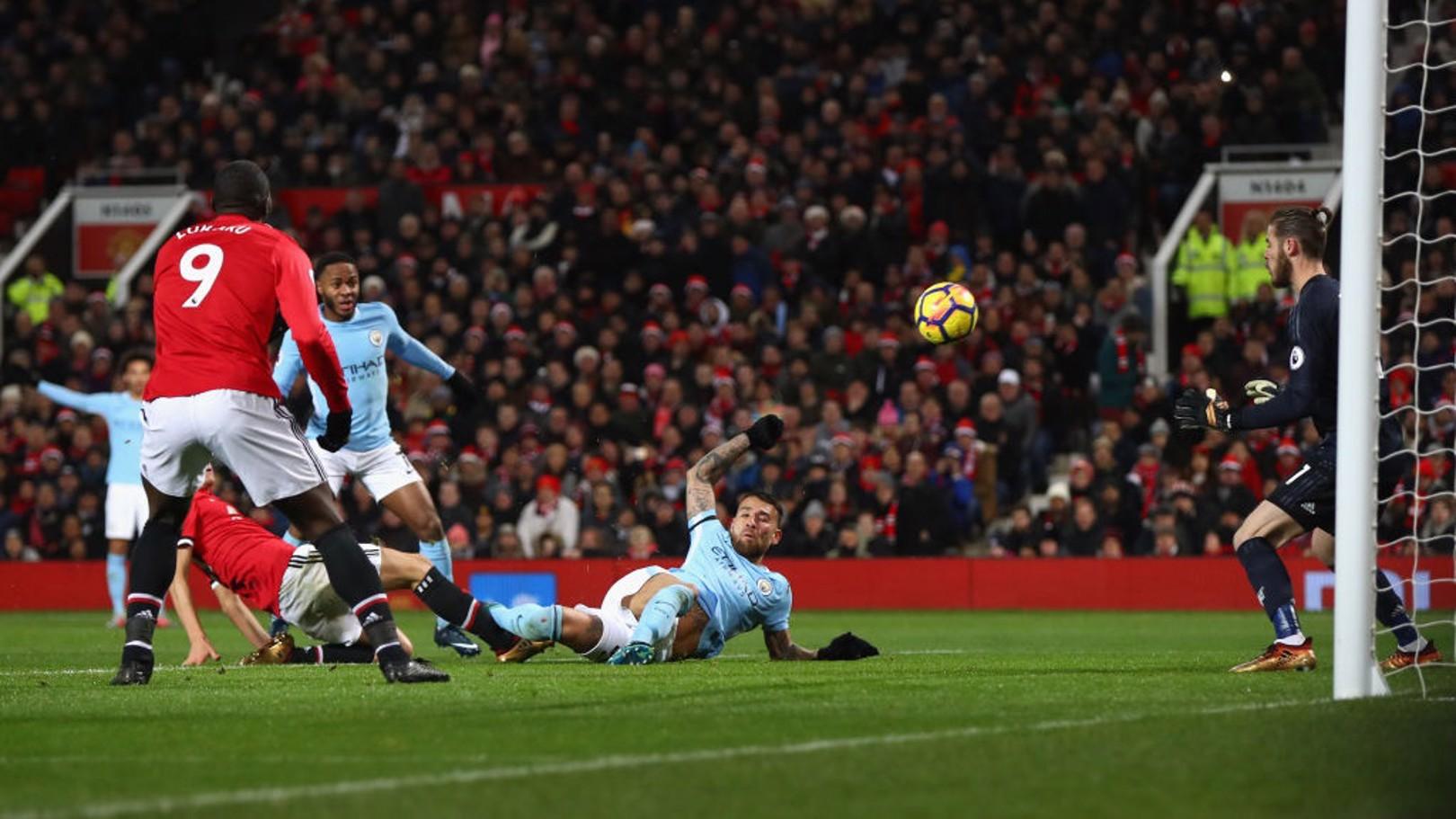 Otamendi marca el gol de la victoria en Old Trafford.