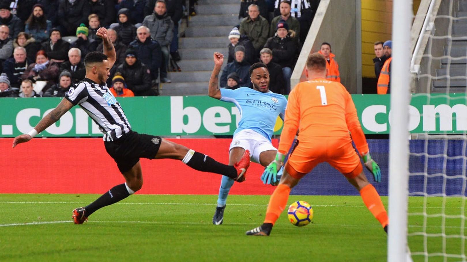 رحيم سترلينج لحظة تسجيل هدفه رقم 13 في الدوري الإنجليزي الممتاز هذا الموسم.