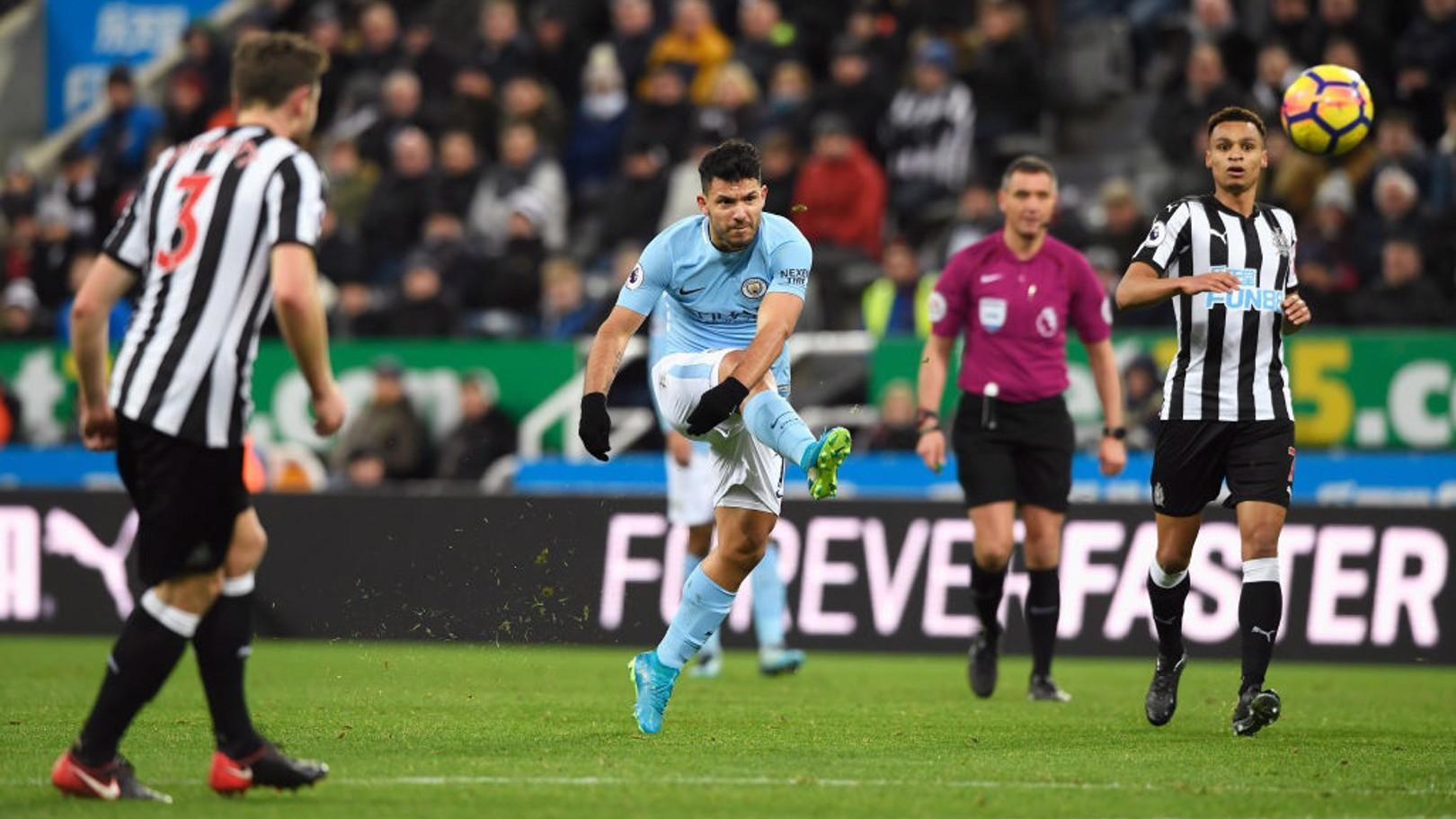 세지오 아구에로의 득점 찬스!! 하지만 공은 골대를 맞고...