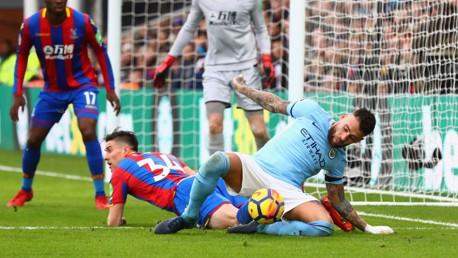 ANCAMAN: Nicolas Otamendi berebut bola di kotak penalti Palace.