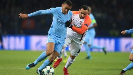 Danilo es presionado por Ismaily en una acción del primer tiempo.
